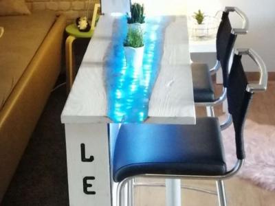 Tisch aus Epoxidharz und mit LED Beleuchtung
